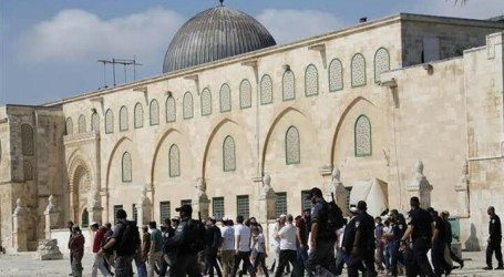 Jewish Settlers Turnish Al-Aqsa Mosque's Yard Under Police Guard