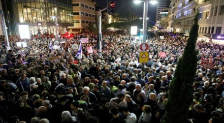 Thousands of Israelis Storm Netanyahu's Residence in Protest Corruption