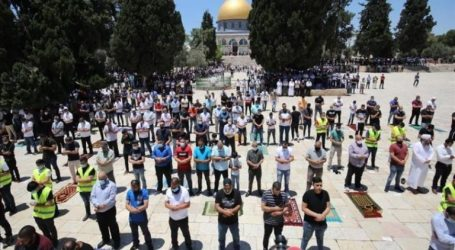 Thousands of Muslims Hold Friday Prayers at Al-Aqsa Mosque