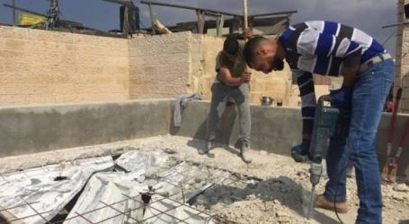 Israeli Forces Forced Two Palestinian Families to Destroy Their Own Houses