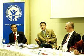 二零一二年十一月七日,德国国际人权协会开记者招待会揭露中共活摘法轮功学员器官,图为(从左至右)国际人权协会理事吴曼杨、法轮功学员张而平、国际人权协会理事会发言人莱森廷。