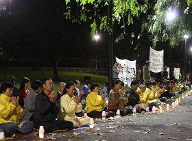 '悉尼法轮功学员在拜莫尔公园烛光纪念四·二五'