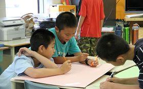 多伦多明慧学校夏令营里,孩子们合作完成项目