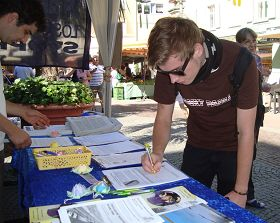 奥芬堡市熙熙攘攘的人群纷纷驻足签名
