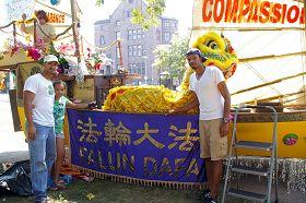 """'刘易斯(左一)和女儿及朋友考克斯(右一)在""""法船""""造型的花车前'"""