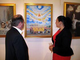 伊恩•温菲尔德议员和妻子艾丽森一起观赏着最让他们感动的画作《为你而来》