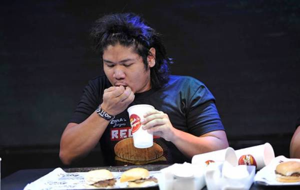 Filipino man sets world record for eating most burgers in ...