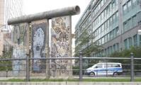"""<h5>Alt Moabit </h5><p>Alt Moabit <strong>Bundesministerium des Innern</strong> © <a href=""""http://galerie-noir.de"""" target=""""_blank"""">thierry Noir</a><br>photo taken in unknown                                                                                                                                                                                                                                                                                                                                                                                                                                                                                                                                                                                                                                                                                                                                                                                                                                                                                                 </p>"""