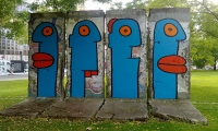 "<h5>Leipziger Platz</h5><p>Leipziger Platz 15 © <a href=""http://galerie-noir.de"" target=""_blank"" >Thierry Noir</a> <br>photo taken in unknown                                                                                                                                                                                                                                                                                                                                                                                                                                                                                                                                                                                 </p>"