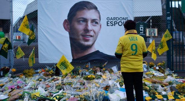 supporters-place-flowers-and-pay-their-respects-to-emiliano-sala-1040x572