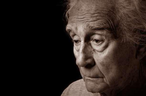 άνθρωπος μετανιώνει θλίψη ηλικιωμένος