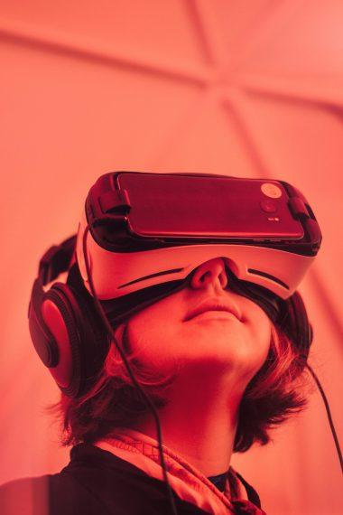 Vi vil se eksempler på hvordan augmented reality og virtuel reality kan bruges kommercielt.