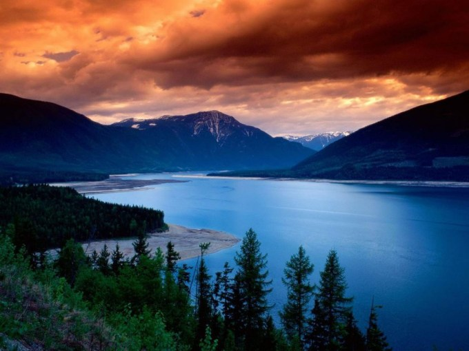 upper arrow lake british columbia1 880x660 Top 15 Most Beautiful Lakes Around The World