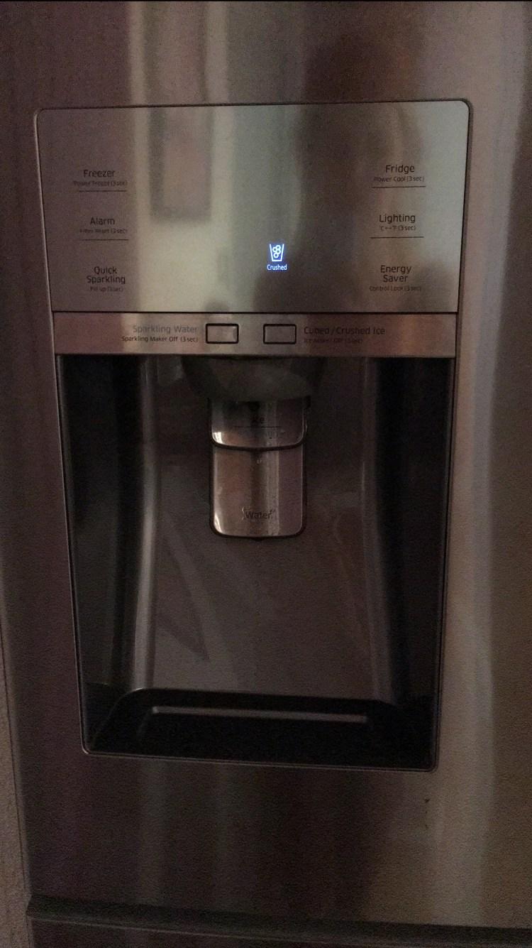 porte du frigo américain SAMSUNG RF24HSESBSR qui fait de la glace, de l'eau pétillante .