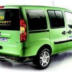 Imagen trasera del Fiat Doblo eléctrico, de color verde