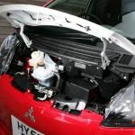 Imagen del Mitsubishi i-miev con el capó levantado.