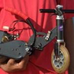imagen del creador con su moto electrica mas pequeña del mundo