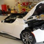 Imagen del deportivo electrico, Tesla Roadster de color blanco en el taller de la marca Tesla