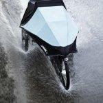 el triciclo eléctrico Klimax bajo la lluvia