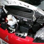 detalle debajo del capó del Mitsubishi i-MiEV