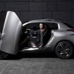 imagen del Peugeot HR1, donde vemos una chica en su interior