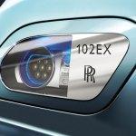 detalle del faro en el prototipo de limusina eléctrica Rolls-Royce 102EX
