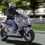 imagent en miniatura de la BMW E-Scooter circulando por una calle