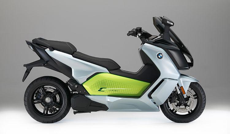 Imagen lateral donde apreciamos el diseño lateral del maxiscooter eléctrico de BMW, la C Evolution.