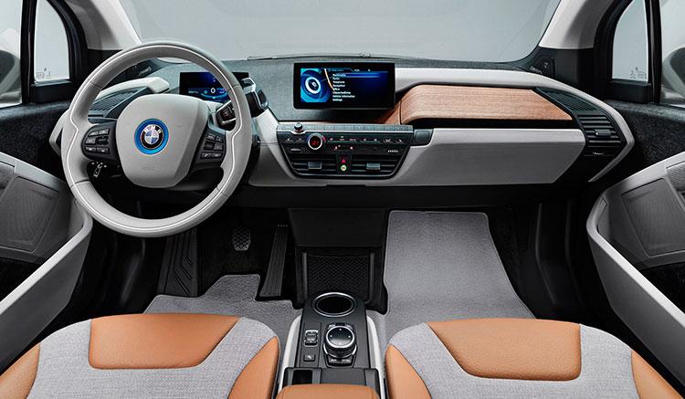 imagen donde vemos los interiores del BMW i3, con el panel de mandos, asientos y molduras interiores.