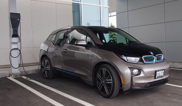 imagen donde vemos un BMW i3 conectado a un punto de recarga.