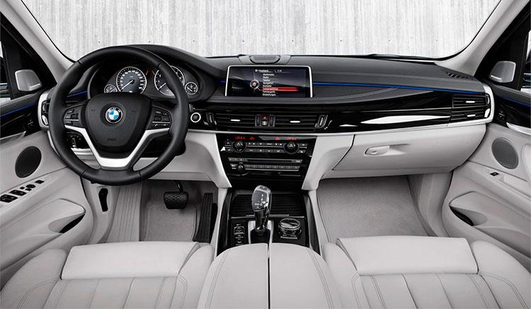Imagen donde podemos apreciar el diseño, detalles y posición de los mandos del BMW X5 híbrido xDrive40e.