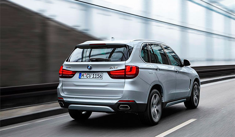 Imagen trasera del BMW X5 xDrive40e donde podemos apreciar el diseño y acabados de la parte trasera de este coche híbrido.