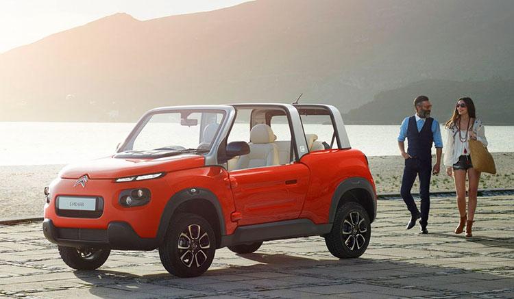 Imagen donde podemos ver un Citroën E-Mehari aparcado en frente de la playa.