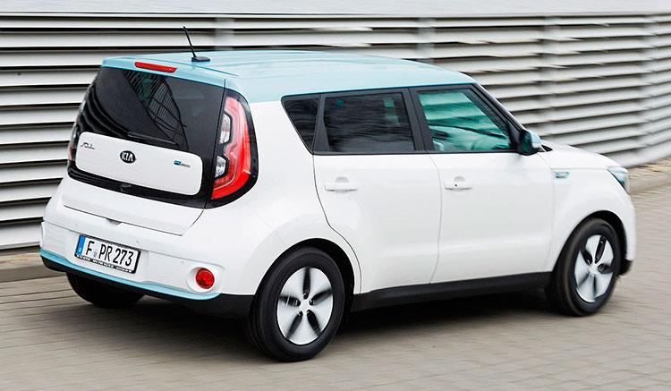 Imagen trasera del KIA Soul EV, donde podemos ver tus pilotos traseros y el diseño de la parte posterior del vehículo.