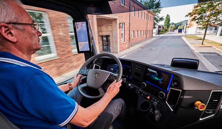 Imagen donde podemos ver el interior de la cabina del camión eléctrico de Mercedes, el Urban eTruck.