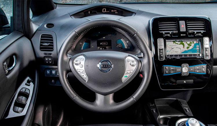 imagen del interior del habitáculo del Nissan Leaf, donde podemos ver el panel de mandos, el volante y las molduras interiores.
