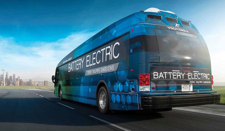 Imagen trasera del autobús eléctrico Proterra Catalyst E2, dirigiéndose hacia una ciudad.
