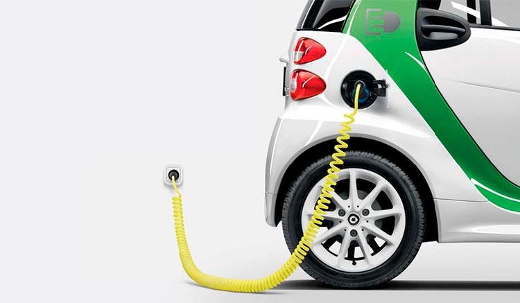 imagen donde vemos el Smart Fortwo Electric Drive recargando las baterías en un enchufe doméstico.