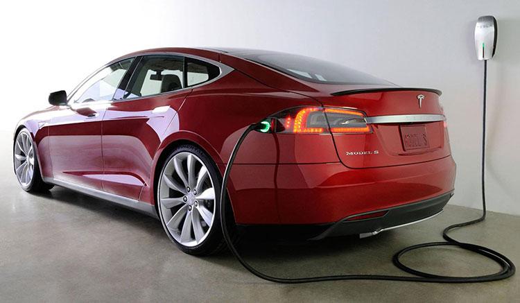 Imagen donde vemos un Tesla Model S recargando las baterías con la toma trasera.