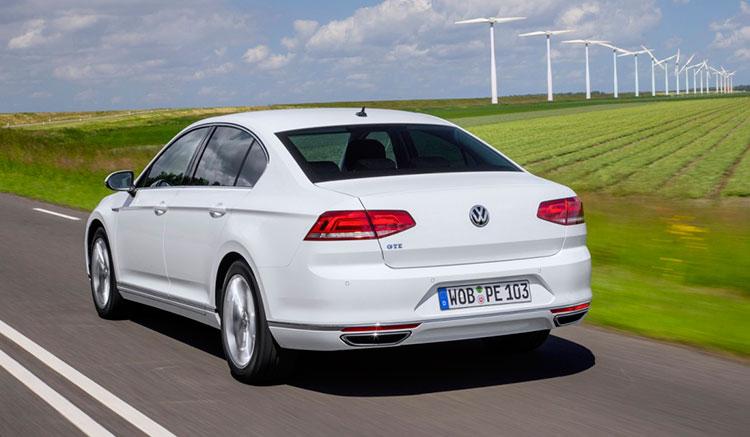 Imagen trasera del Volkswagen Passat GTE donde podemos apreciar el diseño de sus pilotos traseros y el resto de elementos que componen la zona trasera de este coche híbrido.