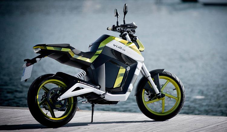 Imagen donde podemos apreciar la silueta y los detalles de la zona trasera de la moto eléctrica Volta BCN.