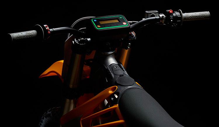 Imagen donde vemos el punto de conexión para recargar la batería de la Alta RedShift MX, así como el display de la moto.