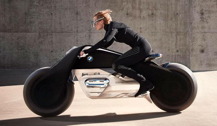 Imagen donde podemos ver una Motorrad Vision Next 100 conducida por una mujer sin casco, ni guantes, pero con unas gafas que actúan como panel informativo.