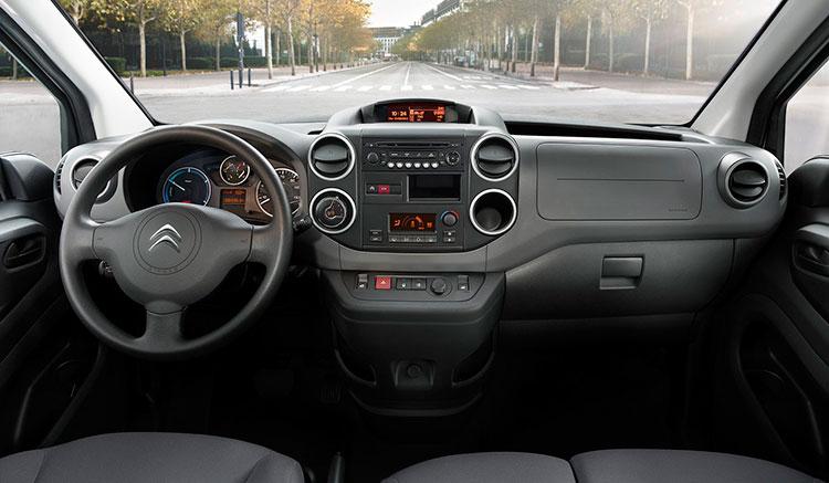 Imagen donde podemos apreciar el diseño del panel de mandos de la furgoneta Citroën Berlingo Electric.