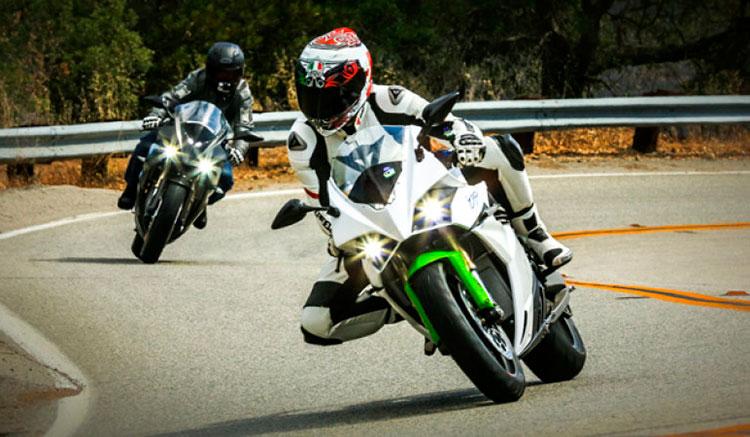 Imagen donde podemos ver a dos motos eléctricas, Energia Ego, circulando por una carretera de curvas, con un paisaje natural de fondo.