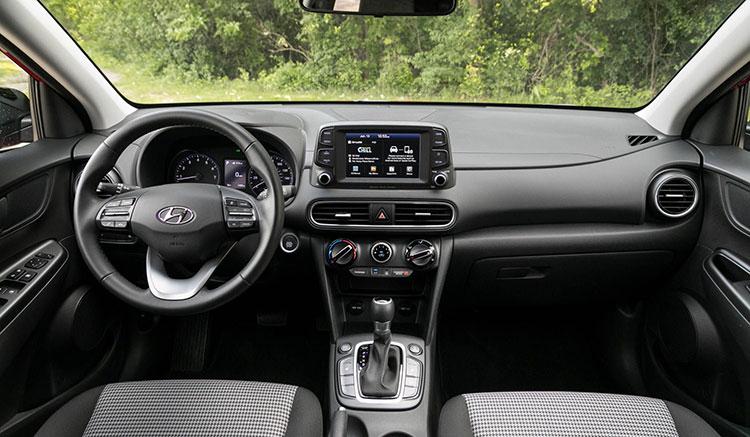 Imagen donde podemos apreciar el interior de un Hyundai Kona EV.