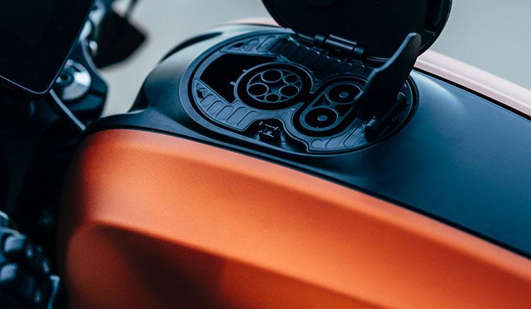 Imagen donde podemos ver la toma de recarga de la batería, en la zona del depósito, de la Harley-Davidson LiveWire.