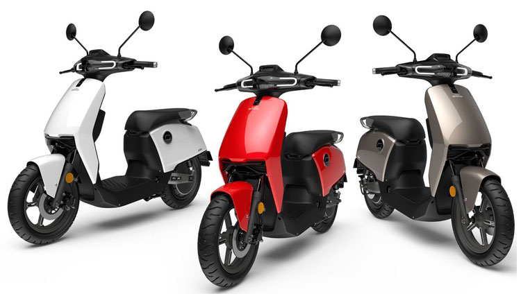 Imagen donde podemos ver tres de los colores en que está disponible la Super Soco CuX, rojo, blanco y gris, entre otros.