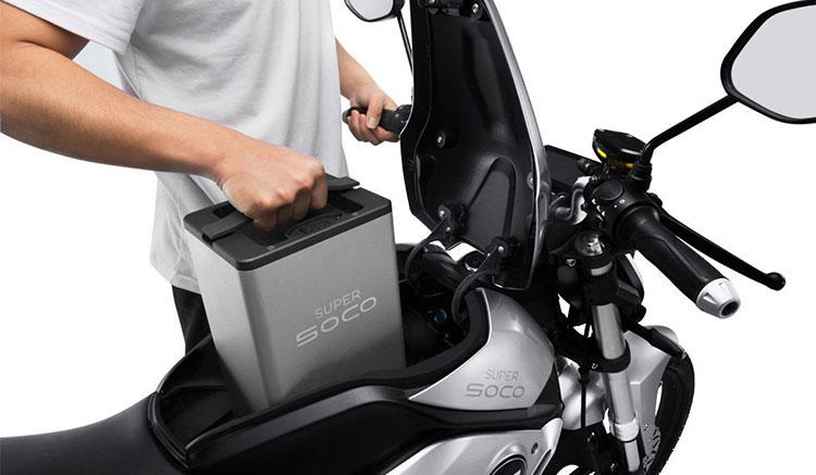 Imagen donde podemos ver una persona extrayendo una de las baterías de la Super Soco TC.