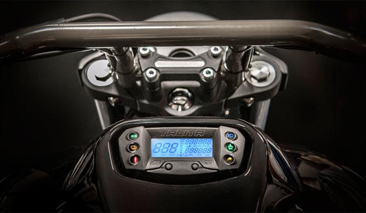 Imagen de la zona del manillar en la Tacita T-Cruise, donde podemos apreciar la pantalla informativa de la motocicleta.
